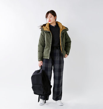 配色がかわいらしいショート丈のダウンコート。襟回りがふんわり高く作られているから、マフラーなしでも暖かく快適なんです。