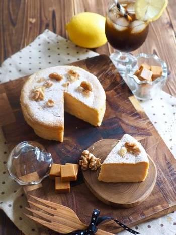 市販のキャラメルを牛乳に溶かして使うと、スフレチーズケーキがキャラメル風味に。濃厚なコクがありながらもスフレ仕立てで軽い口溶けなので、ミルクたっぷりのカフェオレと合わせてもぺろりといけちゃいます。