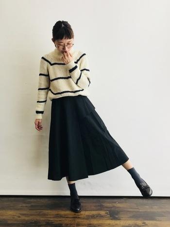 歩きやすくておしゃれな「フラットシューズ」も、zaraの人気アイテムのひとつ。ボーダーニット×スカートの大人カジュアルの足元には、クラシカルなデザインのローファーがぴったりです。シックな色合いでまとめた、シンプルでベーシックな着こなしがおしゃれな雰囲気。