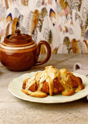 クロワッサンとカフェオレといえばなんとなく優雅な朝食をイメージする組み合わせですが、ひと手間加えたおやつもおすすめ。アーモンドパウダー入りの甘いバタークリームをクロワッサンに絞ってオーブンで焼けば、サクサクで香ばしい焼き菓子のような簡単スイーツの出来上がりです。