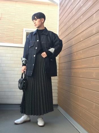 こちらは全身をモノトーンでまとめた大人カジュアルコーデ。ドット柄のスカートでも、黒をベースにすることで子供っぽくならず、シックで洗練された雰囲気に。ビッグシルエットのデニムジャケットも今年らしい印象です。