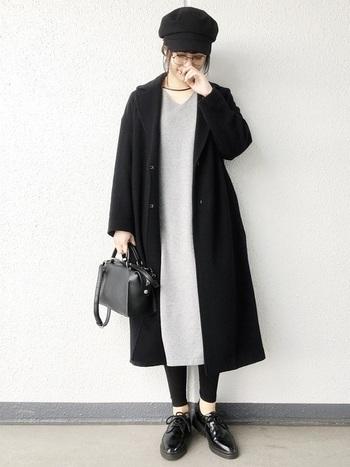 こちらのスタイリングは、ふんわりした女性らしいシルエットが可愛いですね。足元をドレスシューズにすることでマニッシュな要素が加わり、大人っぽく洗練された印象に。キャスケットやメガネのアクセントもおしゃれな雰囲気です。