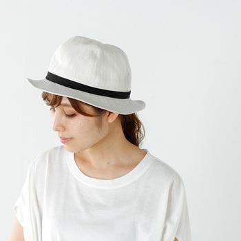 アウトドアなどアクティブなシーンで活躍するつばが広めで「サファリ帽」は、タウンユースにもおすすめです。ホワイトカラーで爽やかなアクセントを加えましょう。