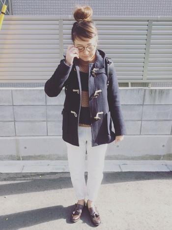オーセンティックなデザインのタッセルローファーは、ダッフルコートを主役にしたトラッドスタイルとの相性も抜群です。ホワイトデニムをアクセントにした、爽やかで上品な着こなしが素敵ですね。