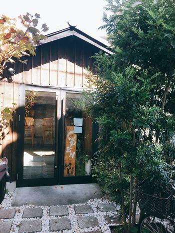 「レストラン ミュー(Restaurant MU)」は、阿佐ヶ谷駅から徒歩3分のところにあるイタリア料理のお店です。日本らしさも感じられる外観に、店内は白い壁とウッド調の家具が調和した落ち着いた空間が広がっています。