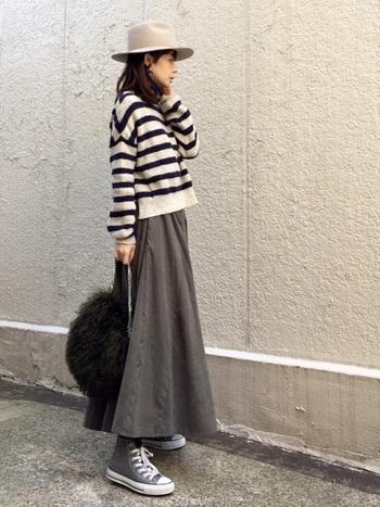 ボーダーニット×ロングスカートの組合せが、大人っぽく洗練された雰囲気です。ハットやファーバッグなど、季節感あふれるおしゃれな小物使いもポイント。色数を抑えたシックな着こなしが素敵ですね。