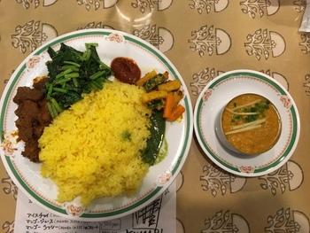 注目メニューは、チリソースやチキンなどのおかずとカレーを、サフランライスがのったワンプレートで楽しむ「ダルバート」。お皿の上を全部混ぜ、好きな混ぜ具合で食べるネパールの家庭料理なのだそう。そのほか、さまざまな種類のインドカレーも選べますよ♪