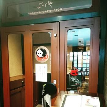 京都に訪れたら必ずと言っていいほど、このキャラクターを見かけると思います。そう、あの名あぶらとり紙で有名な「よーじや」さんです。こちらはカフェも展開していて、京都に何店舗かお店を構えています。