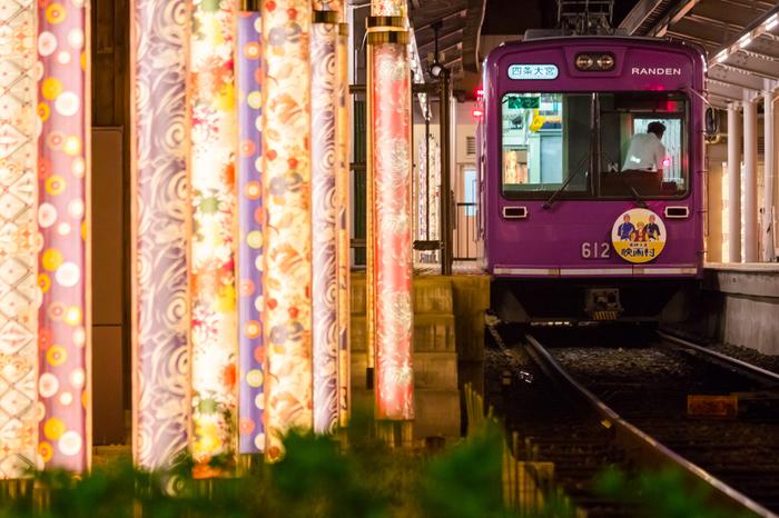 京福電鉄嵐山駅にあるキモノフォレストとは、京友禅で作られた高さ2mにもなるオブジェです。駅や敷地内に設置されているオブジェは、なんと600本にもなるんだとか。