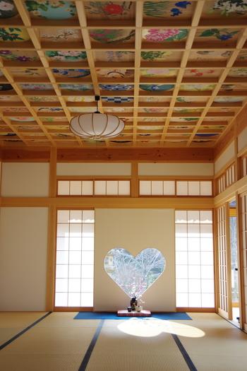 ここ数年のインスタグラムで大人気となった正寿院のハート窓と天井画。