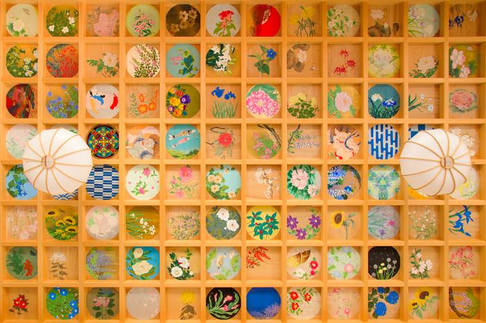 見上げるとそこには160枚もの天井画が…! 四季折々の花と日本の風景をテーマにして描かれています。柔らかな草花を感じる優しい色や、力強い自然を感じる色など、ずっと眺めていたい天井画が天井を埋め尽くします。