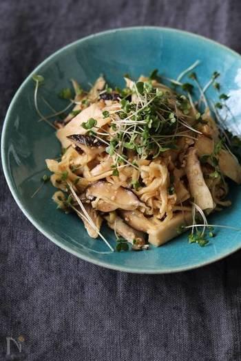 グリルorトースターで椎茸とエリンギをこんがりと焼いて◎ ごま酢でさっぱりとした仕上がりに、お箸が進みます。きのこは、お好みの種類でアレンジしても良いそう。