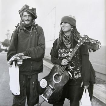 1970年代は、学生運動、ヒッピームーブメント、パンクなど、組織や体制のなかに縛られることを拒んだ若者たちが、自由と平和を求めて立ち上がった時代です。アートや音楽、ファッション、ライフスタイルなど、全てジャンルにわたって、多様な文化が生まれました。
