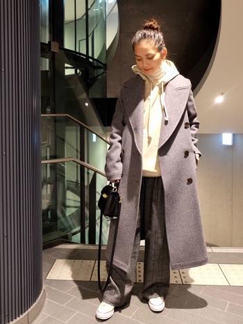 カジュアルにもキレイめスタイルにも映えるグレーの「ワイドパンツ」。上質なメルトンコートを合わせれば、よりスタイリッシュで上品な印象に。全体の色数を抑えたシックな着こなしが、大人っぽくておしゃれな雰囲気ですね。