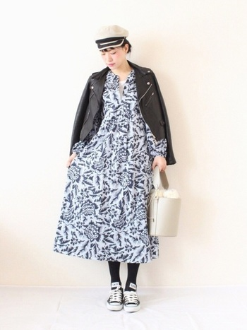 こちらは花柄ワンピース×ライダースジャケットの甘辛MIXコーデ。ワンピースのふんわりしたシルエットが女性らしい印象ですね。黒やグレーをアクセントにした、シックで大人っぽい配色もおしゃれな雰囲気。