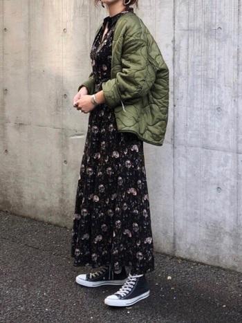 女性らしい印象の「花柄ワンピース」も、今シーズン注目されている人気アイテム。カジュアルからフェミニンまで、様々な着こなしに活躍してくれます。こんなふうにメンズライクなライナージャケットと合わせて、おしゃれな古着MIXも楽しめますよ。