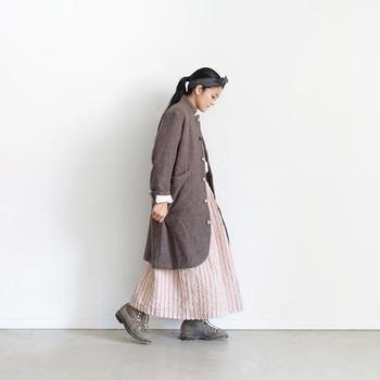 メンズライクになりがちなウールツイードのロングジャケットには、あえてロングのふんわりスカートをチョイス。