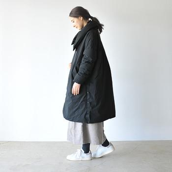 カジュアルな雰囲気のロングダウンには優しいテイストのロングスカートをチョイス。ボーイッシュになってしまいがちなダウンも、女性らしく着こなす事ができますよ。