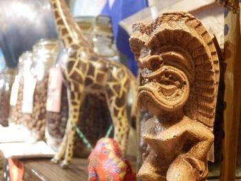 民俗色ゆたかなディスプレイは、コーヒー豆を求めて世界を旅する木村オーナーのコレクション。