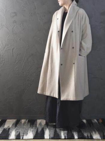 冬のワイドパンツの着こなしはライダースなど短め丈のアイテムと合わせても決まりますが、今期は長いコートなどに合わせるとトレンドを意識したコーディネートに仕上がります。