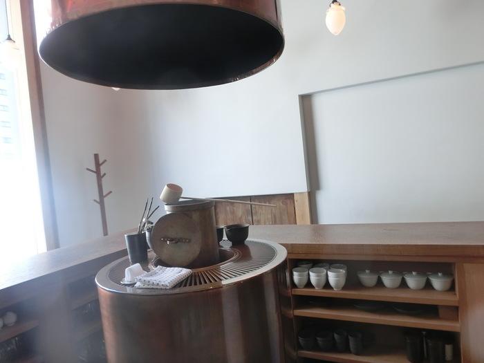 日本茶専門店である「万(よろず)」。お店は現代の茶室を表現していて、こだわりの洗練された空間に仕上がっています。上質な茶器と味わい深い日本茶を楽しむことができるカフェです。