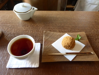 玉露をはじめとして、常に20種類から30種類の日本茶を取り扱い、見た目や味を楽しめるこだわりの和菓子も取り扱っています。
