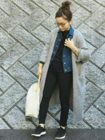 ゆったりとしたシルエットが可愛いロングカーディガンは、1枚羽織るだけでおしゃれな着こなしが決まる優秀アイテム。冬はデニムジャケットとのレイヤードスタイルもおすすめです。黒を基調としたシックな配色も大人っぽくて素敵ですね。