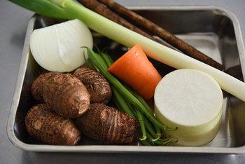 基本の豚汁で利用する材料は、豚肉、大根や人参といった根菜類を多く用います。  さつまいもやじゃがいもなど、ご家庭にある野菜を加えても、うまみが増し、お出汁も一段とおいしくなります。