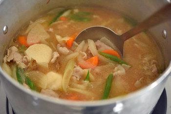 豚肉の色が変わって野菜にも軽く火が通ったら、水を足して煮込みましょう。あくをとりながら固い里芋などが柔らかくなるまで煮て、味噌をといたらできあがり。 煮込み途中で顆粒だしを足してもOK。より深みのある味に仕上がります。