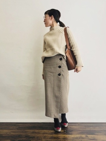 クラシカルな雰囲気の「チェックスカート」も、秋冬ファッションに欠かせない定番アイテムのひとつ。こちらのコーディネートは、シンプルなニットを組み合わせたベーシックな着こなしが素敵ですね。ニットインして全身のシルエットをすっきりまとめることも、おしゃれに着こなすポイントです。