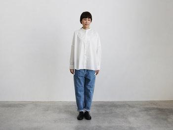 日本発のデニムブランド「HATSKI(ハツキ)」には、日常使いできる履きやすいデザインがたくさん。ルーズさの感じられるテーパードデニムは、ちょうどいい大人のカジュアルスタイルに。
