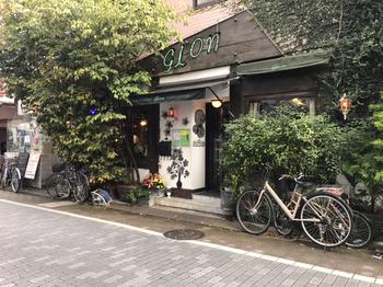 「gion(ギオン)」は、阿佐ヶ谷駅から徒歩1分のところにある喫茶店。営業時間はなんと、朝の8時半または9時~深夜2時まで!昼間は壁がグリーンに覆われたナチュラルな外観ですが、夜間には、ネオンがきらめく夜の顔に変身します。