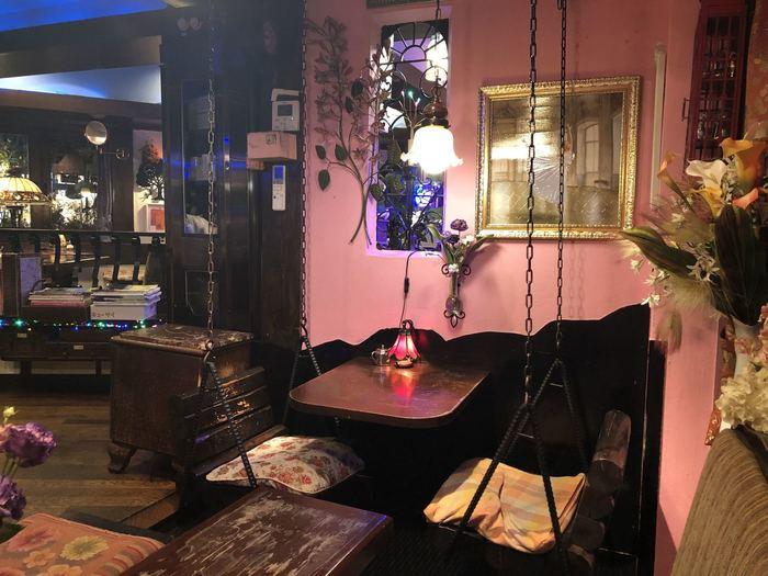 店内は雰囲気の良いアンティークインテリアに囲まれた空間です。そして特にユニークなのは、ブランコ席があること!ゆらゆらと揺れながら雰囲気をじっくり楽しんでみてください。朝には、リーズナブルなモーニングサービスがおすすめ◎ナポリタンやワッフルなどの軽食、種類豊富なドリンクメニュー、お酒の用意もありますよ。