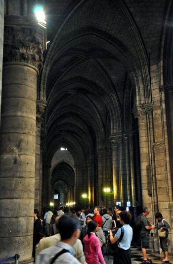見学のための所要時間は、大聖堂だけなら1時間、塔へものぼるなら2時間は予定しておきましょう。さらに地下や宝物館まで周る場合は3時間。 行列は必至です。入場に時間がかかることも、あらかじめ計画に入れておきましょう。