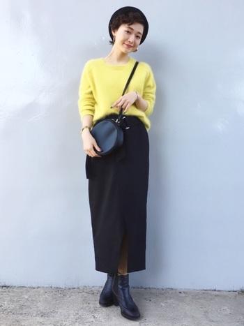 ビビッドな黄色のニットは落ち着いて見えるように、他のアイテムは全て黒でまとめて。大人っぽい印象に見えるのは、やっぱりロング丈スカートのおかげです。