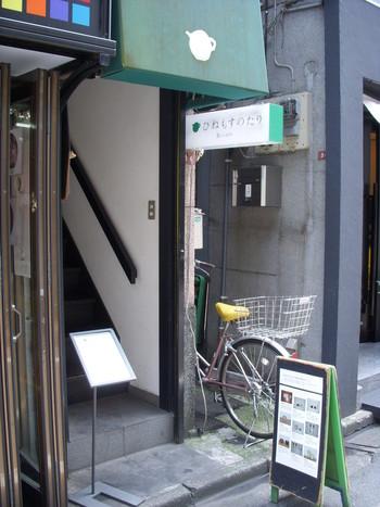 「ひねもすのたり」は、阿佐ケ谷駅から徒歩1分のところにあります。細い入口が隠れ家風で素敵ですね。器とカフェがテーマのお店で、さまざまな作家さんたちの作品がディスプレイされています。