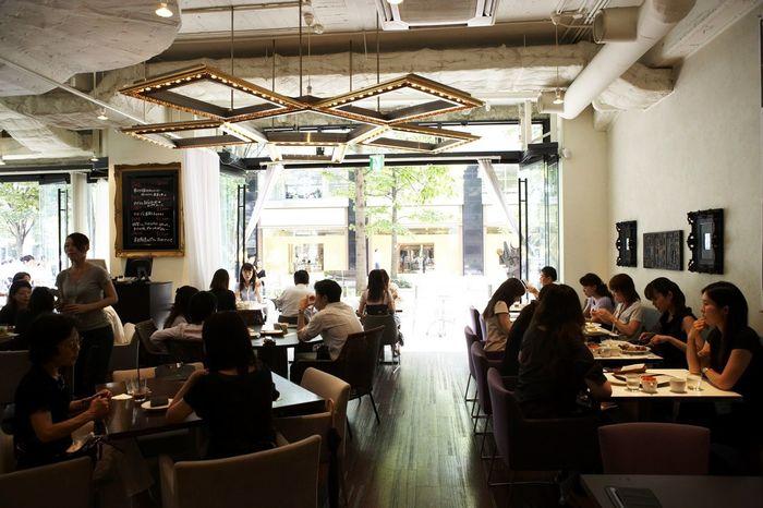 いつ訪れても、丸の内ならではの雰囲気と共に、美味しい料理やドリンクを楽しめます。 【丸の内レディ御用達とも呼べる「GARB Tokyo」は、ランチ時は特に賑わうが、カフェタイムなら、丸の内の景色を楽しみながら、ゆったり過ごせる。】