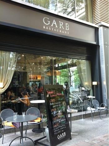 丸の内仲通り、シックなインテリアとテラス席で目を引「GARB Tokyo」は、女性が一人が気楽に過ごせるレストラン。
