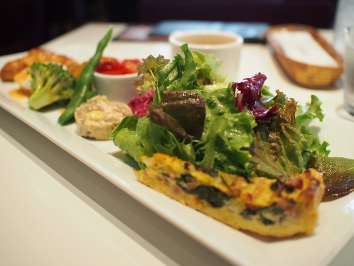 イタリアンやフレンチ、スパニッシュがベースとなった「GARB」の料理は、野菜がふんだんに使われ、美味しく健康的。メニューの幅も広く、カフェでも、ディナーでも、バーとしても使えるオールディユースのお店です。  ランチは、スープ、デザート、バケット(フォッカッチャorライス)、ドリンクがセットになった『日替わりプレート』・『日替わりパスタ』・『淡路産牛100%ハンバーグ(限定数・追加料金あり)』の3種。味もよく、デザート、ドリンクもセットなので、コスパ抜群と人気です。