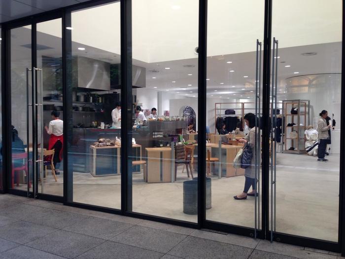 仲通りには、有名ブランドの一つ「コム・デ・ギャルソン」がありますが、ショップ内には、パリの有名店「ローズベーカリー」の丸の内支店が入り、人気を博しています。