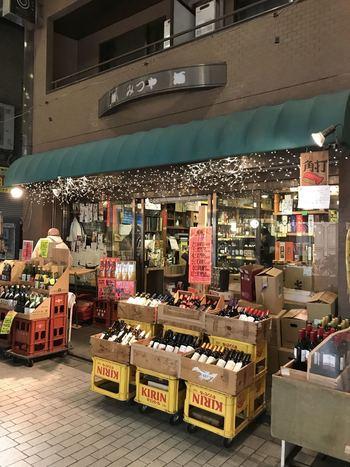 「酒ノみつや(三矢商店)」は、阿佐ヶ谷駅から徒歩8分の「阿佐ヶ谷パールセンター」内にある酒屋さんです。また、店奥のスペースで角打ち営業も行っていて、立ち飲み居酒屋の顔も持つお店です。