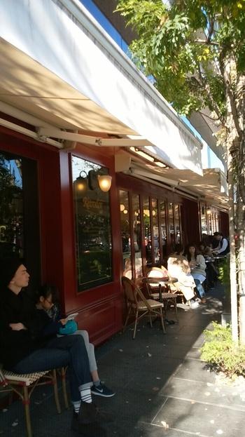 丸の内駅舎周辺には、雰囲気も味も良い店が沢山あります。  以下の3店は、大人が一人で入りやすく、丸の内らしい雰囲気と味をゆったり楽しめる駅近のお店。出張や買い物ついでに立ち寄るのにも便利な店です。   【パリの街角のような「VIRON 丸の内店」は、丸の内南口から徒歩1分。東京駅 京葉線地下コンコースに直結する「東京ビルTOKIA」1F 。】