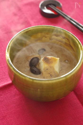 やわらかく炊いてある黒豆を使って作る黒豆汁粉。お節の残りの黒豆や、お店に売っているもので簡単に作れます。黒豆の風味が広がり、寒い日におすすめのあったかスイーツです。