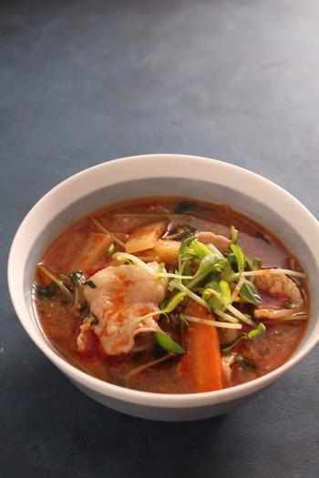 お出汁ににんにく、生姜、鷹の爪を使った豚汁。 ピリ辛だけれどお味噌の旨みが効いている、おすすめのアレンジレシピです。 具材にはお肉のほか大根、人参、豆苗を使っています。 豆板醤で辛さの調節もできて◎