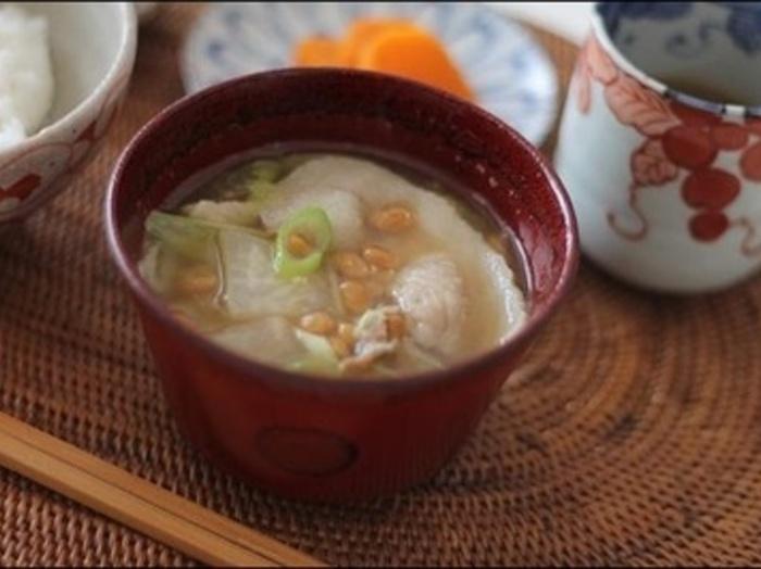 豚肉と納豆、大根などの野菜を入れたアレンジレシピ。簡単なうえ、とろっとしたお汁がよりほっこりと心が温まりそう。 納豆は最後に入れるのがポイント。白ねぎを入れたら火を入れすぎないうちにさっと器に盛りましょう。