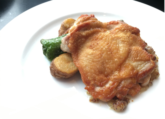 ランチタイムの「沢村」では、一品料理に美味しいパンがセットになった『ランチセット』や、前菜・パスタ・メイン・デザート・珈琲(又は紅茶)の『ランチコース』が用意されています。ランチタイムは、11:00〜17:00までと長く、使い勝手良いレストランです。【画像は、メインディッシュの一つ『鶏もも肉のロースト』】