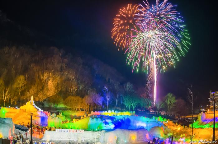 旭川市から東へ車で約1時間半の層雲峡温泉。昼間はダイナミックな柱状節理や、流星の滝などの自然が織りなす景観が魅力です。さらに冬の夜には「氷爆まつり」が行われ、連夜の花火が夜空に咲き誇ります。北の蔵元「高砂酒造」や「大雪上川酒造」の限定酒を飲み比べできる「北の氷酒場」、アイスクライミング体験なども人気!