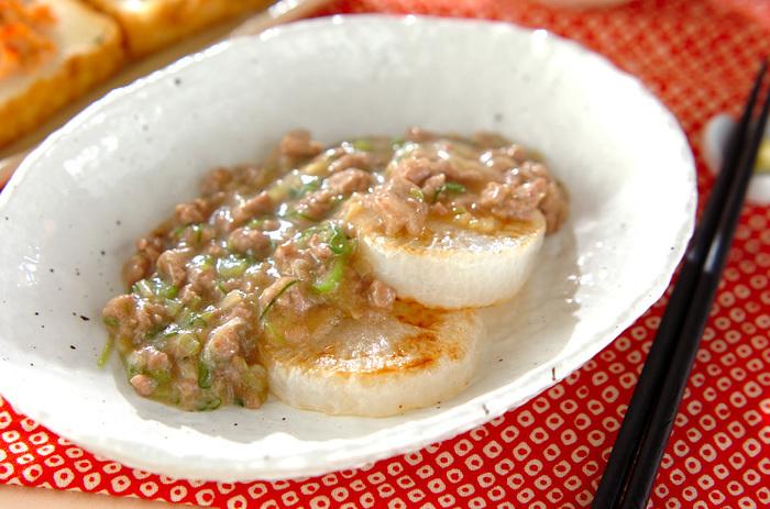レンジで柔らかくした大根をフライパンでじっくり焼き上げた大根ステーキ。綺麗な焼き色が食欲をそそります。白みそで味付けをした肉みそをたっぷりかけて召し上がれ♪