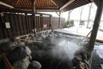 日本でも珍しい、植物性のモール温泉が特徴の十勝多和温泉。ぬめりのある褐色のお湯は、かつてアイヌの人々が「薬の沼」として利用していたと伝えられるほどで、北海道遺産にも指定されています。 冬のイベント、光と音のファンタジー「彩凛華(さいりんか)」は、2019年1月26日~2月24日の開催。