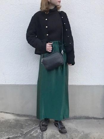 ブラックのボアは色々なアイテムとの組み合わせを試してみたいですね。こちらは落ち着いたグリーンのロングスカート。さらりとした生地のようですが、表情のある素材のボアは異素材との組合わせも楽しめます。